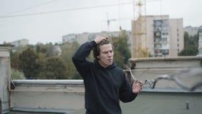 Den oroade unga mannen generade att se på ett rep och att gråta lager videofilmer
