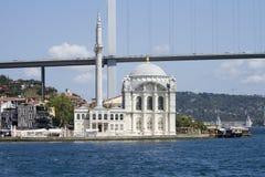 Den Ortakoy moskén har en av de mest pittoreska inställningarna allra av de Istanbul moskéerna royaltyfri fotografi