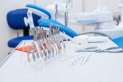 Den OrthodontistDental uppsättningen av klämmor och plattång och andra hjälpmedel på den funktionsdugliga tabellen ytbehandlar Arkivbilder