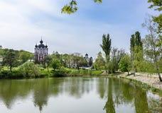 Den ortodoxa Curchi kloster i Moldavien med gren träd och blå himmel Royaltyfri Foto