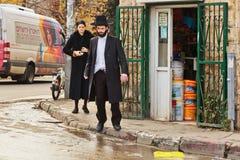 Den ortodoxa judiska mannen korsar vägen i Jerusalem royaltyfri fotografi