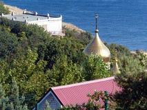 Den ortodoxa kyrkan i bergen nära havet Sommar Black Sea Rysk ortodox arkitektur Royaltyfria Bilder