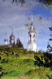 Den ortodoxa kyrkan med klockatornet reflekterade i vatten Arkivbild
