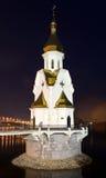 Den ortodoxa kyrkan på vattnet på natten Royaltyfri Bild