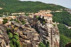 Den ortodoxa medeltida kloster vaggar överst Arkivbild
