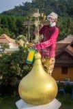 Den ortodoxa prästen förnyar kors på kupoler av kyrkan Royaltyfri Foto