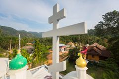 Den ortodoxa prästen förnyar kors på kupoler av kyrkan Royaltyfri Fotografi