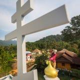 Den ortodoxa prästen förnyar kors på kupoler av kyrkan Fotografering för Bildbyråer