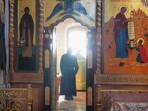 Den ortodoxa prästen på altaret Arkivbild
