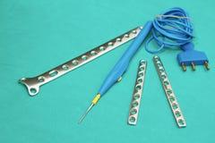Den ortopediska implantatet pläterar, och elektrisk cautery binder med rep Royaltyfria Bilder