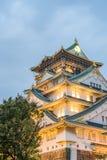 Den Osaka slotten i molnig himmel för regnet faller ner Fotografering för Bildbyråer