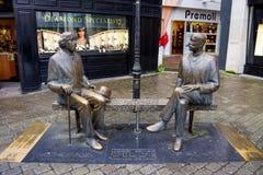 Den Oscar Wilde statyn shoppar in gatan Galway är en värd till Oscar Wilde Festival royaltyfri fotografi