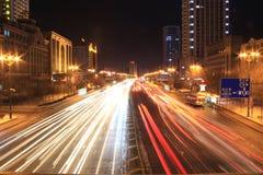 den oskarpa bilen tänder nattvägtrafik arkivbilder