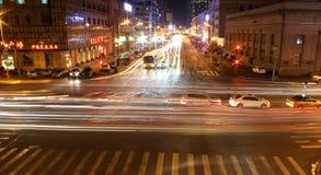 den oskarpa bilen tänder nattvägtrafik royaltyfri bild