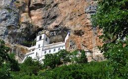 Den Ostrog kloster som förbi omges, vaggar och träd - dalen av Bjelopavlici royaltyfria bilder