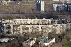 Den ovanliga arkitekturen av det runda huset i Moskva Royaltyfria Bilder