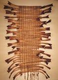 Den ovanliga panelen av palmbladstjälk som vävas med ett rep, väger på väggen royaltyfria bilder