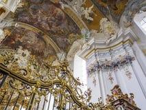 Den ovanligt härliga inre av den barocka kyrkan av St Paulinus i Trier - den äldsta staden i Tyskland, detalj royaltyfri foto