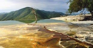 Den overkliga sikten för landskapmorgonberget med mineraliska vårar hastar Arkivbilder