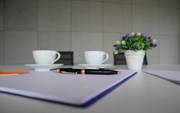 Den p?lagda svarta pennan notepaden fotografering för bildbyråer