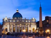Den påvliga basilicaen av Sanktt Peter i Vaticanen staden tänder nattplats Fotografering för Bildbyråer