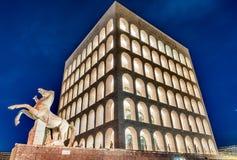 Den Palazzo dellaen CiviltàItaliana, aka fyrkantiga Colosseum, Rome, Arkivfoto