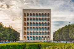 Den Palazzo dellaen CiviltàItaliana, aka fyrkantiga Colosseum, Rome, Arkivbild