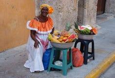 Den Palenquera kvinnan säljer frukter Royaltyfri Foto