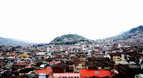 Den Panecillo kullen i mitt av staden royaltyfria bilder