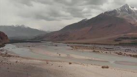 Den Panj floden och Pamir berg, Panj är övredelen av Amu Darya River Panoramautsikt-, Tadzjikistan och Afghanistan gräns stock video