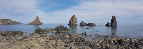 Den panorama- Acitrezza sikten av cyclopean vaggar från kustlinjen, färgrik seascape i Sicilien royaltyfri foto
