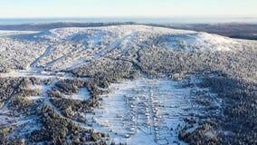 Den panorama- bästa sikten av skidar semesterorten footage Det härliga vinterlandskapet av skidar semesterorten i skogbergsområde royaltyfria foton