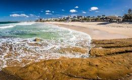 Den panorama- bilden av havvågor på konungar sätter på land, Caloundra, Aust royaltyfri bild
