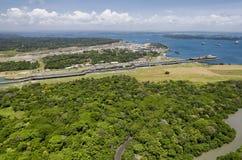 Den panorama- flyg- sikten av Gatun låser med lastfartyg som igenom passerar, Royaltyfri Foto