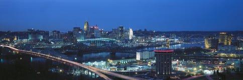 Den panorama- natten sköt av Cincinnati horisont och ljus, Ohio och Ohio River som sett från Covington, KY Royaltyfri Fotografi