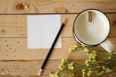 Den pappers- anmärkningen och koppen av nytt mjölkar Arkivbild