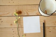 Den pappers- anmärkningen och koppen av nytt mjölkar Arkivfoton