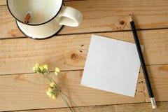 Den pappers- anmärkningen och koppen av nytt mjölkar Royaltyfri Foto