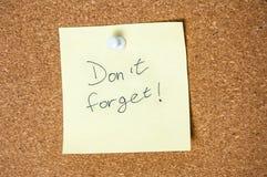 Den pappers- anmärkningen som är skriftlig med universitetslärare` t, glömmer inskriften på korkbräde Fotografering för Bildbyråer