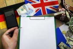 Den pappers- formen en textur på en trätabell med gåvaaskar packade mo Royaltyfri Foto