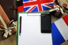 Den pappers- formen en textur på en trätabell med gåvaaskar packade mo Arkivbilder