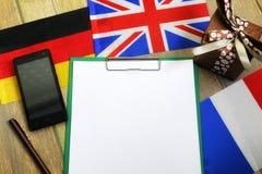 Den pappers- formen en textur på en trätabell med gåvaaskar packade mo Royaltyfri Bild