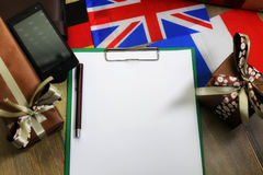 Den pappers- formen en textur på en trätabell med gåvaaskar packade mo Arkivbild
