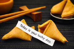 Den pappers- remsan med uttryck är i dag din Lucky Day med förmögenhetkuttrandet royaltyfri bild