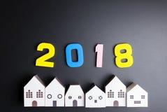 Den pappers- vita husleksaken och numrerar 2018 på svart bakgrund med c Arkivbild
