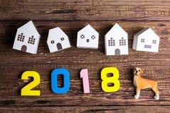 Den pappers- vita husleksaken och numrerar 2018 på träbakgrund med Royaltyfri Bild