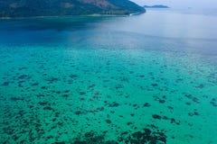Den Paradise ön Crystal Clear Sea som är blå, gömma i handflatan, på fyre arkivfoton