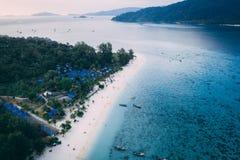 Den Paradise ön Crystal Clear Sea som är blå, gömma i handflatan, på fyre arkivbilder