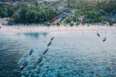 Den Paradise ön Crystal Clear Sea som är blå, gömma i handflatan, på fyre royaltyfri fotografi