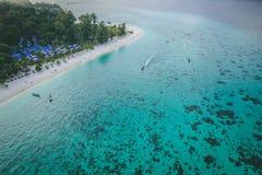 Den Paradise ön Crystal Clear Sea som är blå, gömma i handflatan, på fyre arkivbild